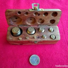 Antigüedades: CAJA DE PESAS DE BRONCE. Lote 253999255