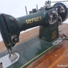 Antigüedades: MAQUINA DE COSER REFREY CL317 CON MUEBLE Y PEDAL DE ORIGEN. Lote 254255885