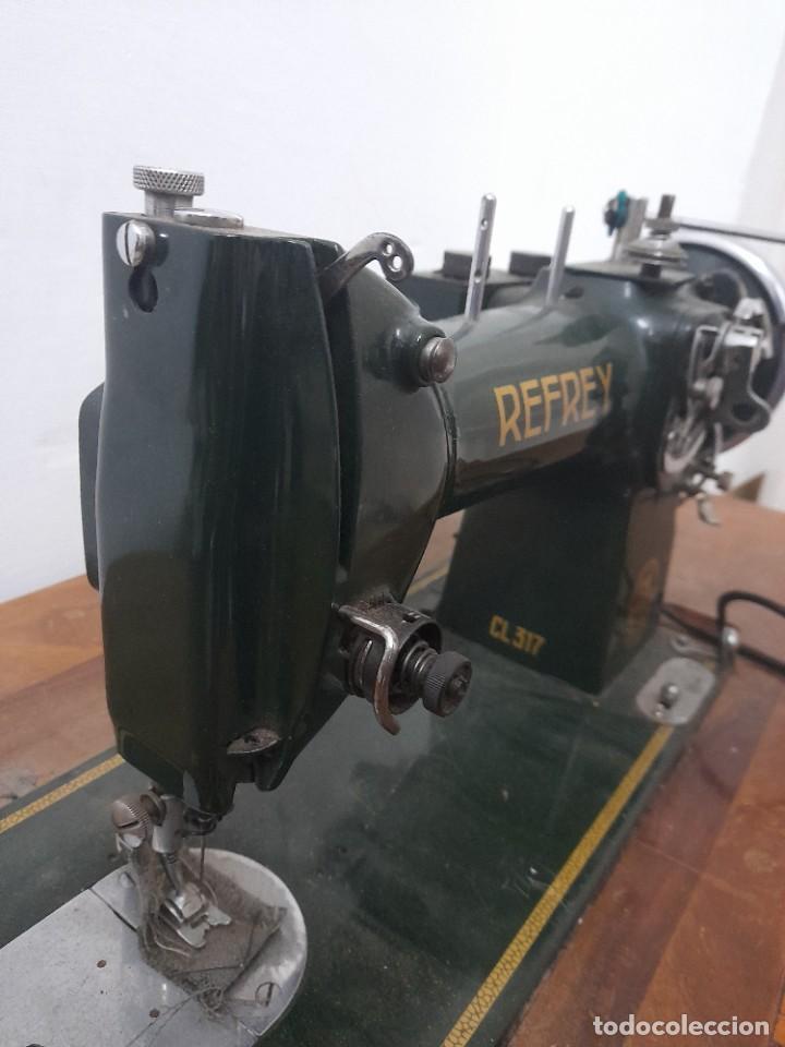 Antigüedades: Maquina de coser refrey cl317 con mueble y pedal de origen - Foto 2 - 254255885