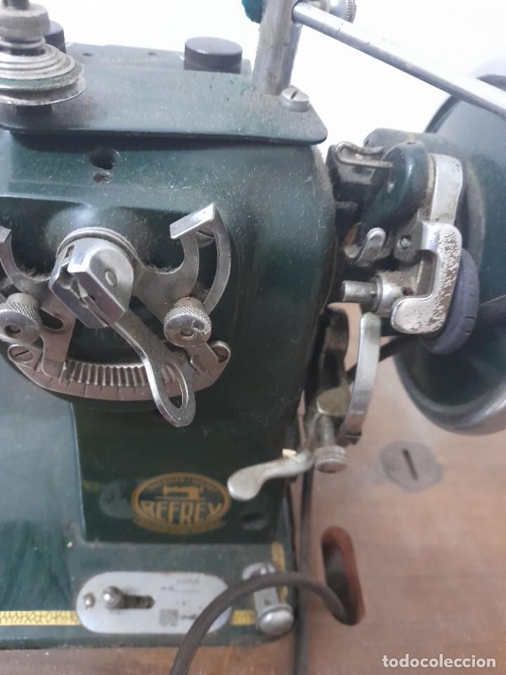 Antigüedades: Maquina de coser refrey cl317 con mueble y pedal de origen - Foto 4 - 254255885