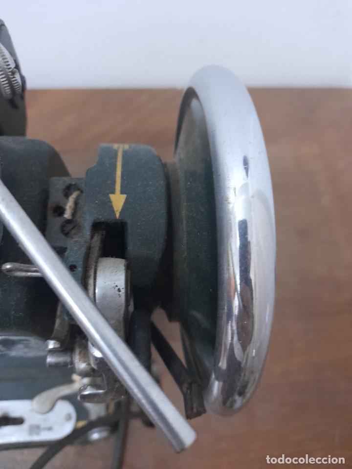 Antigüedades: Maquina de coser refrey cl317 con mueble y pedal de origen - Foto 6 - 254255885