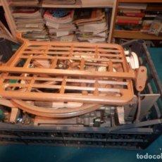 Antigüedades: MÁQUINA COSER AUTOMÁTICA SINGER CLASE 801Z - CON INSTRUCCIONES, CAJA CON AGUJAS, ETC... - VER FOTOS. Lote 254306685