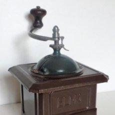 Antigüedades: MOLINILLO DE CAFÉ DE CHAPA MARCA ELMA. MODELO 1416. TAMAÑO 0. ESPAÑA. CA. 1945/1965.. Lote 254346720