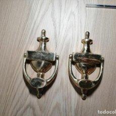 Antigüedades: JUEGO DE 2 LLAMADORES DE BRONCE. BUEN ESTADO. 20,5CM.. Lote 254409045