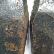 Antigüedades: PAREJA DE CUÑAS PUNTIAGUDAS DE HIERRO SELLADAS MARCA PINO NUMEROS 1 Y 1 1/2.POCO USADAS.PESAN 2,6 KG. Lote 254413325