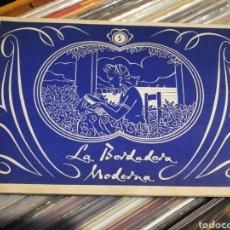 Antigüedades: ÁLBUM LA BORDADORA MODERNA- BORDAR A PUNTO LETRAS Y ADORNOS, (FLOR DE LINO).. Lote 254431860