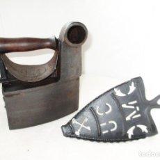 Antigüedades: ANTIGUA PLANCHA DE CARBÓN MONDRAGÓN CON SU POSA PLANCHAS DE UNIÓN CERRAJERA.. Lote 254447410