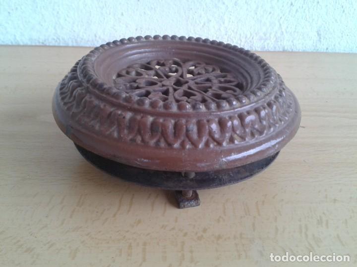 Antigüedades: ANTIGUA MIRILLA MODERNISTA HIERRO COLADO ESMALTADA MARRON DECORADA EN RELIEVES - Foto 4 - 254460770