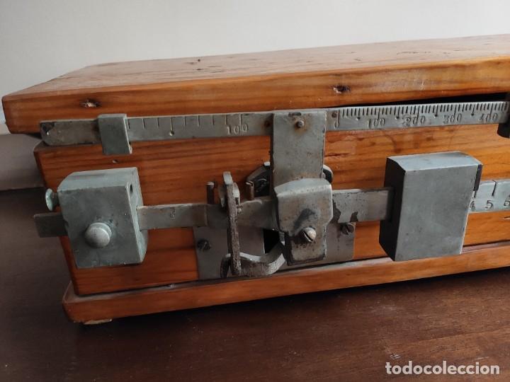 Antigüedades: Antigua báscula con caja y plato de madera. Gran pieza de coleccionismo - Foto 2 - 254483870