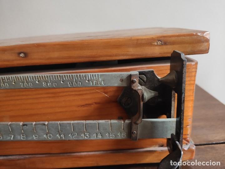 Antigüedades: Antigua báscula con caja y plato de madera. Gran pieza de coleccionismo - Foto 3 - 254483870