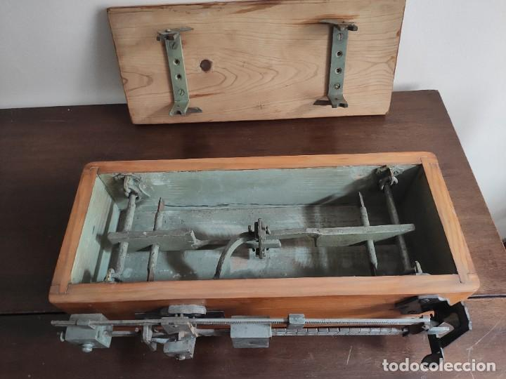 Antigüedades: Antigua báscula con caja y plato de madera. Gran pieza de coleccionismo - Foto 5 - 254483870