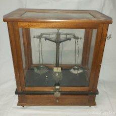 Antigüedades: BALANZA DE PRECISION DE FARMACIA - LATON MADERA Y VIDRIO. Lote 254707645