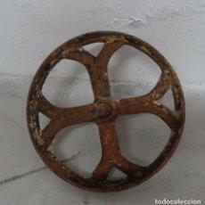 Antigüedades: ANTIGUA RUEDA DE CARRETILLA. EJE FIJO. 30 CMS DIÁMETRO. HIERRO FORJADO. Lote 254809145