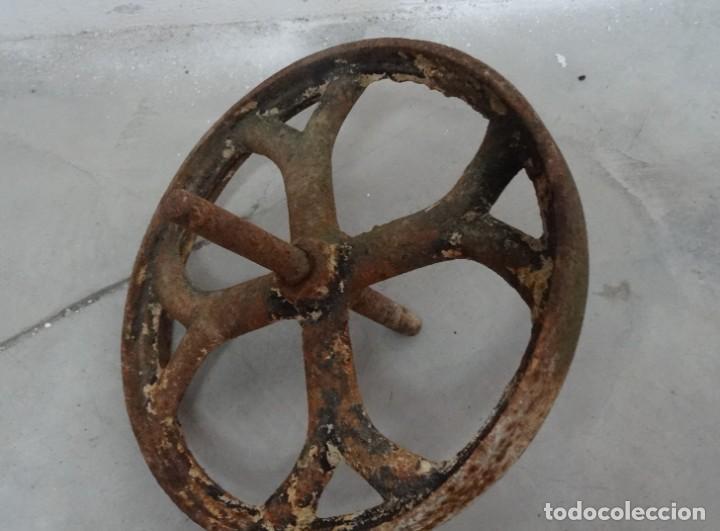 Antigüedades: Antigua rueda de carretilla. Eje fijo. 30 cms diámetro. Hierro forjado - Foto 2 - 254809145