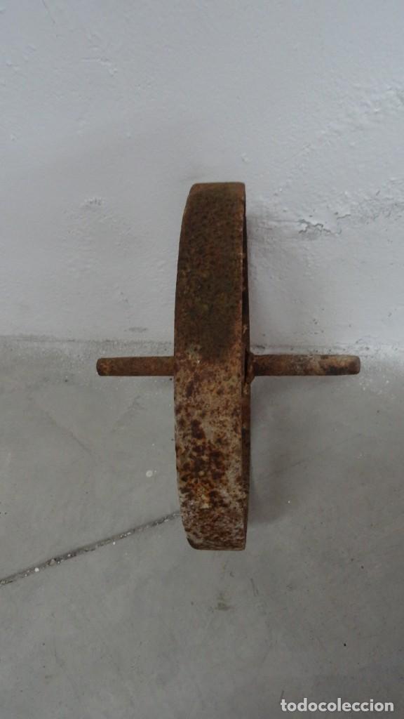 Antigüedades: Antigua rueda de carretilla. Eje fijo. 30 cms diámetro. Hierro forjado - Foto 3 - 254809145