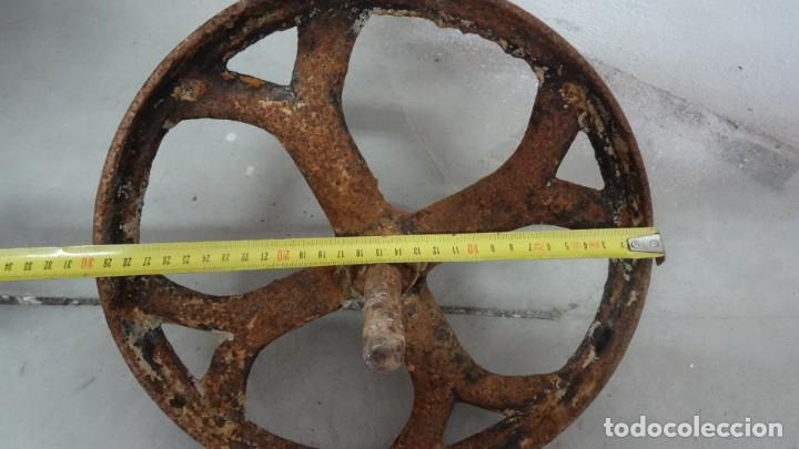 Antigüedades: Antigua rueda de carretilla. Eje fijo. 30 cms diámetro. Hierro forjado - Foto 4 - 254809145