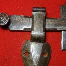 Antigüedades: PESTILLO DECORADO SIGLO XVIII , HIERRO FORJA. CIERRE. Lote 254924920