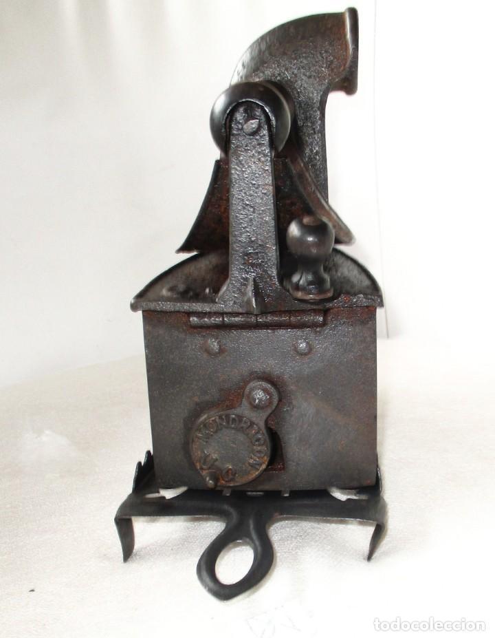 Antigüedades: ANTIGUA PLANCHA DE CARBÓN MONDRAGÓN CON SU POSA PLANCHAS DE UNIÓN CERRAJERA. - Foto 6 - 255004915