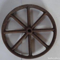Antigüedades: ANTIGUA RUEDA DE CARRETILLA. SIN EJE FIJO. 38 CMS DIÁMETRO. HIERRO FORJADO. Lote 255013205