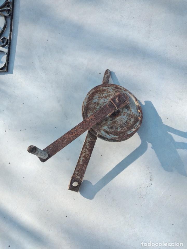 ANTIGUA POLEA CON MANIVELA DE HIERRO COLADO Y FORJADO DE ANCLAR A LA PARED. (Antigüedades - Técnicas - Herramientas Profesionales - Albañileria)