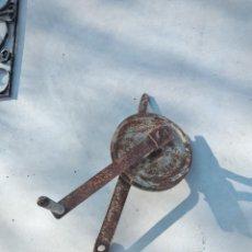Antigüedades: ANTIGUA POLEA CON MANIVELA DE HIERRO COLADO Y FORJADO DE ANCLAR A LA PARED.. Lote 255314265