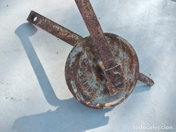Antigüedades: Antigua polea con manivela de hierro colado y forjado de anclar a la pared. - Foto 2 - 255314265