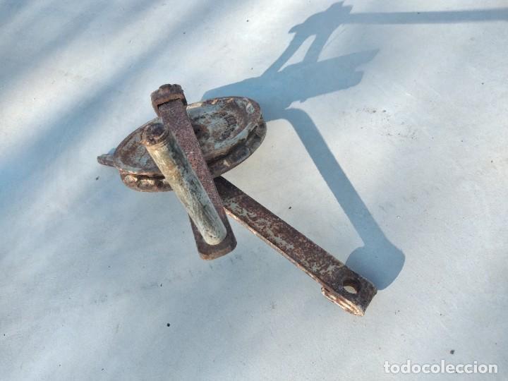Antigüedades: Antigua polea con manivela de hierro colado y forjado de anclar a la pared. - Foto 3 - 255314265