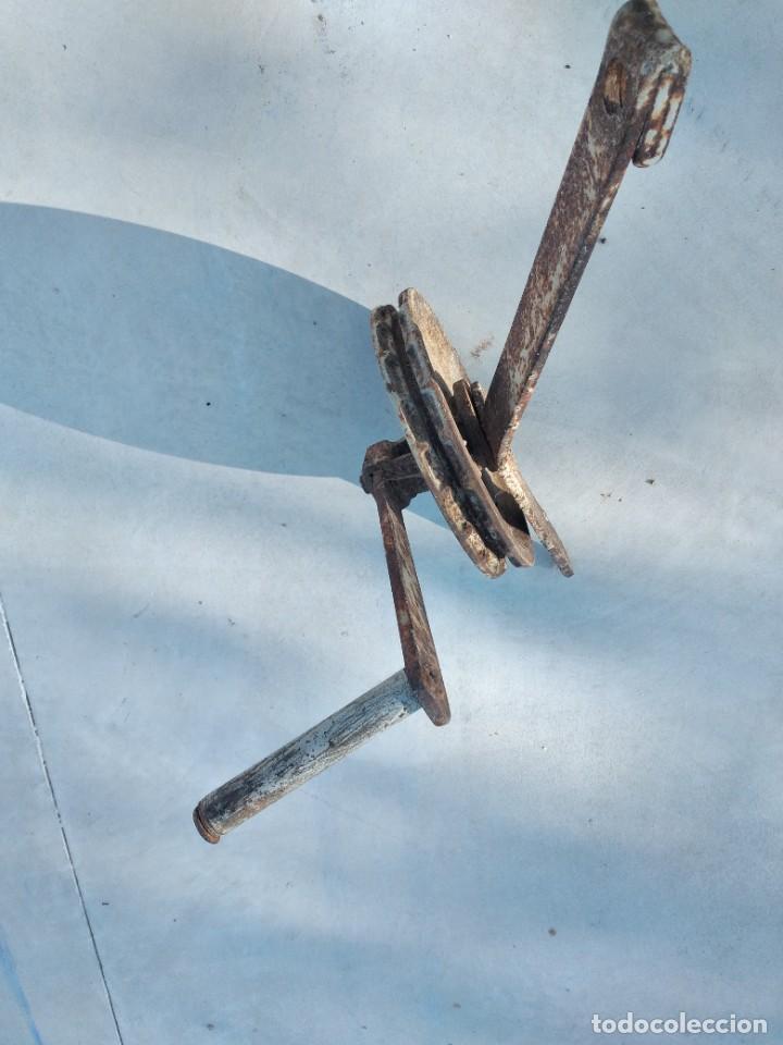Antigüedades: Antigua polea con manivela de hierro colado y forjado de anclar a la pared. - Foto 4 - 255314265