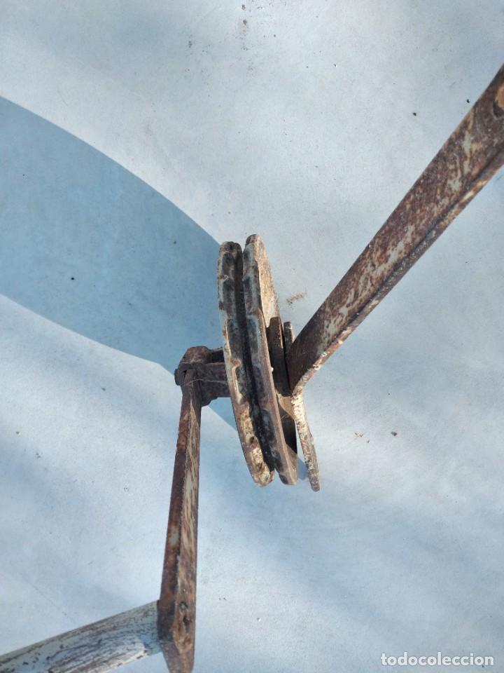 Antigüedades: Antigua polea con manivela de hierro colado y forjado de anclar a la pared. - Foto 5 - 255314265