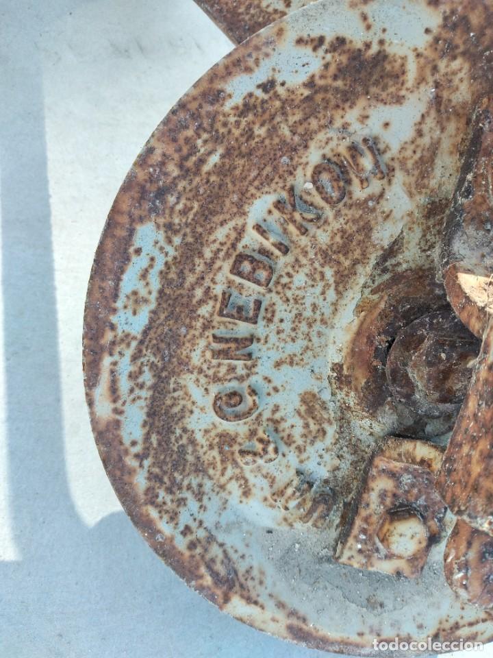 Antigüedades: Antigua polea con manivela de hierro colado y forjado de anclar a la pared. - Foto 8 - 255314265
