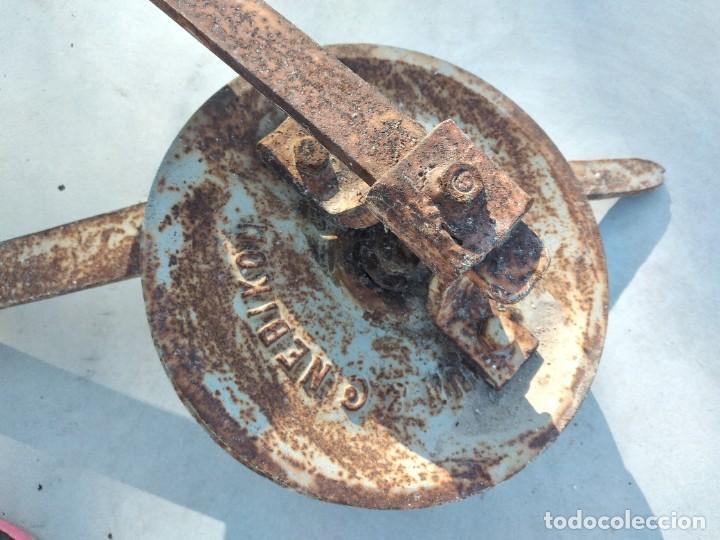 Antigüedades: Antigua polea con manivela de hierro colado y forjado de anclar a la pared. - Foto 9 - 255314265