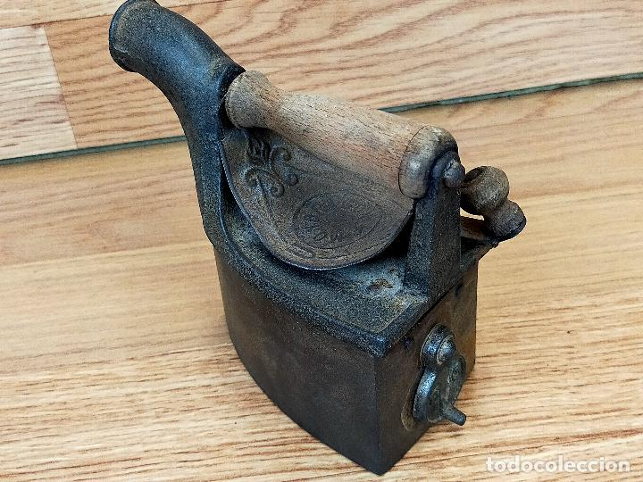 PLANCHA ANTIGUA DE HIERRO CON ESCUDO DE MONDRAGÓN (GUIPÚZCOA) INICIALES UNIÓN CERRAJERA (Antigüedades - Técnicas - Planchas Antiguas - Carbón)