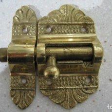 Antigüedades: ANTIGUO Y ORIGINAL CERROJO DE BRONCE MUY FUERTE 8 X 7,5 CMTS. Lote 255488260