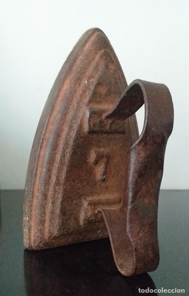 Antigüedades: plancha de hierro nº 7 suela decorada con bodegon adorno o sujetalibros - Foto 4 - 255495940