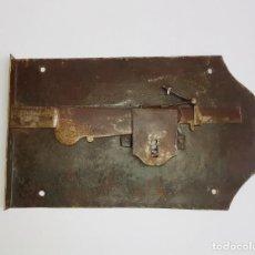 Antigüedades: EXCEPCIONAL GRAN CERRADURA ANTIGUA DE FORJA. 50X30 CM.. Lote 255543155