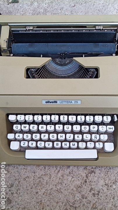 Antigüedades: Maquina de escribir OLIVETTI LETTERA 25 CON BOLSA DE TRANSPORTE Y LIBRO DE INSTRUCCIONES - Foto 2 - 255630720