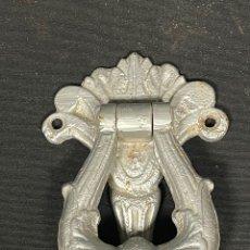 Antigüedades: BONITA ALDABA DE HIERRO REPINTADA. Lote 255956670