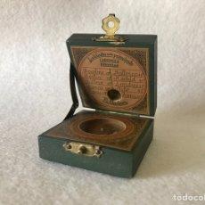Antigüedades: BRÚJULA - RELOJ DE SOL EN CAJA DE MADERA - VILLALCOR. Lote 256009750