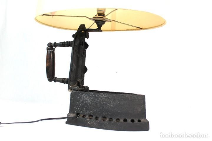 Antigüedades: LAMPARA DE SOBREMESA, REALIZADA A PARTIR DE UNA PLANCHA DE CARBON.-FUNCIONA- - Foto 2 - 256028920