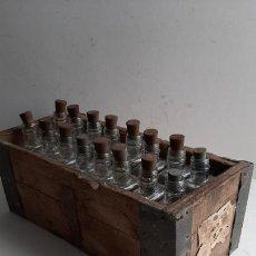 Antigüedades: ANTIGUA CAJA CON BOTELLAS , MUESTRARIO DE PRODUCTOS , ORIGINAL AÑOS 30. Lote 256039790