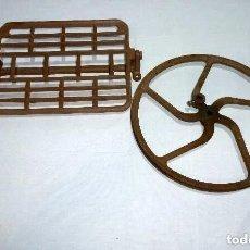 Antigüedades: PEDAL Y RUEDA PARA MAQUINA DE COSER.. Lote 256055075