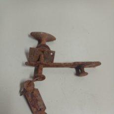 Antigüedades: ANTIGUO PESTILLO DE HIERRO, CERRADURA PARA PUERTAS.. Lote 256077465