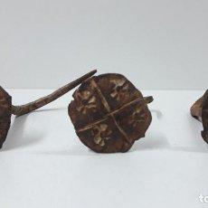 Antigüedades: TRES CLAVOS ANTIGUOS . POSIBLEMENTE ARAGONESES - SIGLO XVII . DIAMETRO DE LA CABEZA 4 CM. Lote 256130135