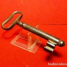 Antigüedades: LLAVE GRUESA HIERRO FORJA, SIGLO XIX, GUARDA EN FORMA DE 3. Lote 256130300