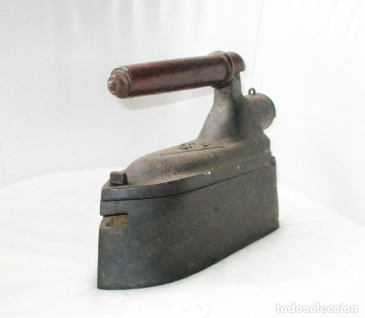 GRAN PLANCHA DE SASTRE. U.C. MONDRAGÓN. PESA MÁS DE 8 KILOGRAMOS. (Antigüedades - Técnicas - Planchas Antiguas - Carbón)