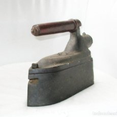 Antigüedades: GRAN PLANCHA DE SASTRE. U.C. MONDRAGÓN. PESA MÁS DE 8 KILOGRAMOS.. Lote 257473775
