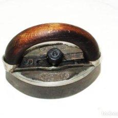 Antigüedades: ANTIGUA Y RARA PLANCHA SFINX DE HIERRO CON MANGO DE MADERA. 15 X 8,5 CMS. DE BASE.. Lote 257474720