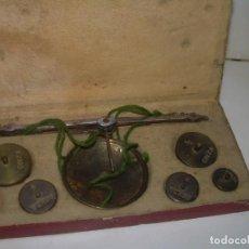 Antigüedades: ANTIGUA BALANZA PARA PESAR MONEDAS.CON SU CAJA ORIGINAL.. Lote 257512580