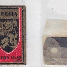 Antigüedades: FUNDA Y HOJA DE CUCHILLA DE AFEITAR ANTIGUA - IBERIA EXTRA LUJO 0,85 PTAS. Lote 257653165