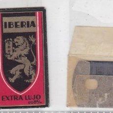 Antigüedades: FUNDA Y HOJA DE CUCHILLA DE AFEITAR ANTIGUA - IBERIA EXTRA LUJO 0,95 PTAS. Lote 257653225